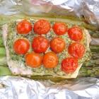 Zalmpakketjes met groene asperges en pesto