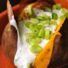 Gepofte zoete aardappel met komijn-koriander saus