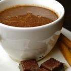 Warme chocolademelk met kardemom en kaneel