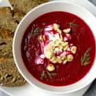Soep van geroosterde rode biet met feta en hazelnoot