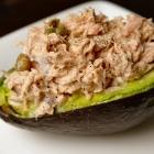 Lekker lunchen! Gevulde avocado met tonijnsalade