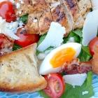 Caesar salad met kip en knoflook croutons